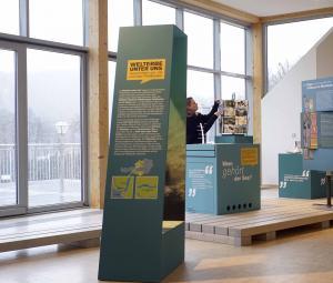 """Die Ausstellung """"Welterbe unter uns""""  betrachtet das Phänomen der Pfahlbauten aus der  Sicht der Menschen in der Region. (Bild: Designbüro Kubik - Kuratorium Pfahlbauten)"""