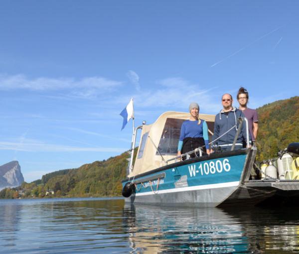 Forschungsboot des Kuratorium Pfahlbauten auf dem Mondsee vor Mooswinkel (Mondsee)