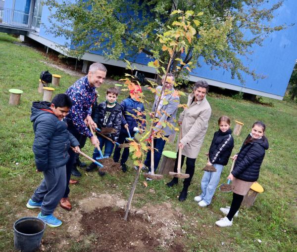 Baumpflanzen mit den Schüler*innen der 4a St. Ruprecht und den Ehrengästen