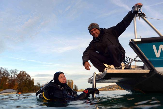 Forschungstaucherin Esther Unterweger und Site Manager Henrik Pohl am Forschungsboot.