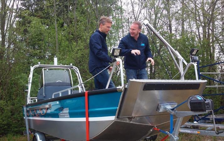 Henrik Pohl und Cyril Dworsky auf unserem Forschungsboot. (Bild: C. Löw - Kuratorium Pfahlbauten)