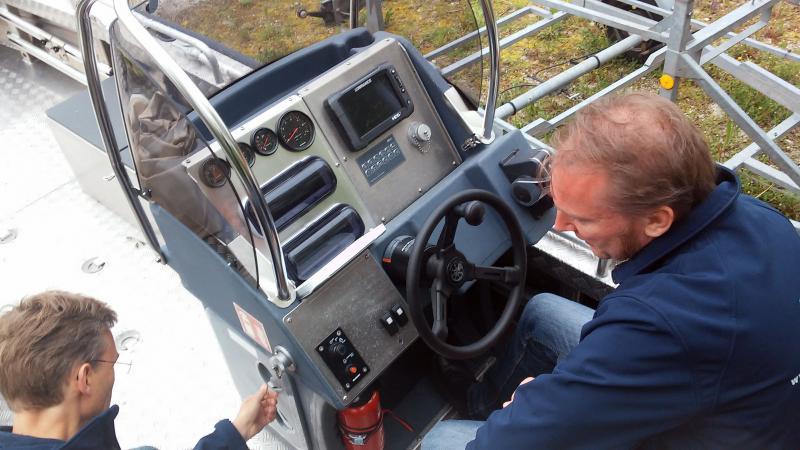 Cyril Dworsky inspiziert das neue Forschungsboot. (Bild: C. Löw - Kuratorium Pfahlbauten)