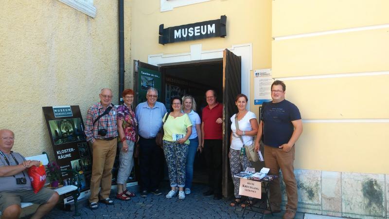 Im Museum in Mondsee gegrüßte und der Obmann des Heimatbundes Mondseeland Johannes Pfeffer. Geführt wurden wir im Museum von Herbert Riesner. (Foto: Lieselore Meyer)