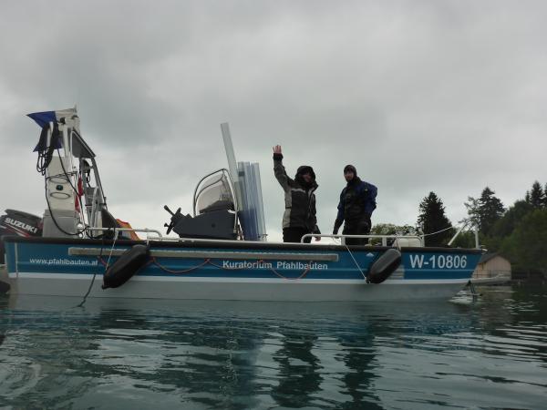 Bei der Bohrkernentnahme in Weyregg II: Das Boot, das Team und die Röhren sind bereit!