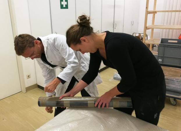 Öffnung der Bohrkerne im Labor des ÖAI - Österreichisches Archäologisches Institut in Wien.