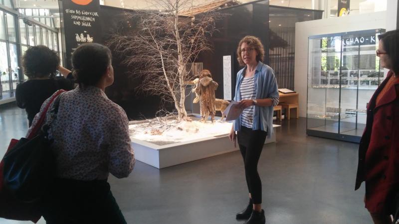 Renata Huber führte uns durch das Zuger Museum für Urgeschichte(n). (Bild: Carmen Löw - Kuratorium Pfahlbauten)