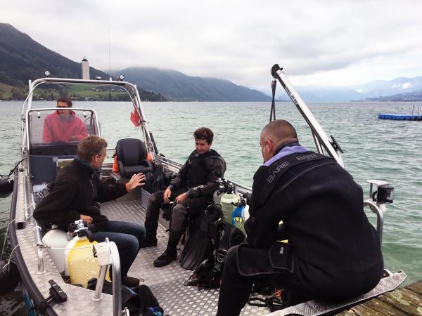 Eine letzte Einweisung für Max und Boris auf dem Forschungsboot. (Bild: Kuratorium Pfahlbauten - A. Jaklin)