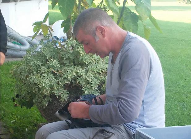 Forschungstaucher Boris Kiefer bereitet seine Vollgesichtsmaske auf den Einsatz vor. (Bild: Kuratorium Pfahlbauten - C. Löw)