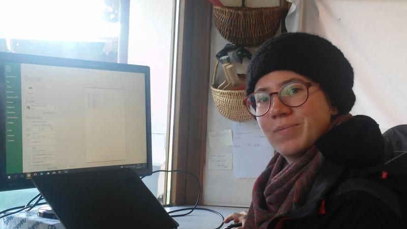 Anna Jaklin kümmert sich um die Fundversorgung vor Ort. (Bild: Kuratorium Pfahlbauten - C. Löw)