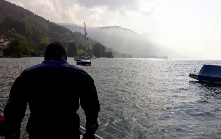 Unter Wasser wird heute die Abdeckung entfernt. (Bild: Kuratorium Pfahlbauten - H. Pohl)