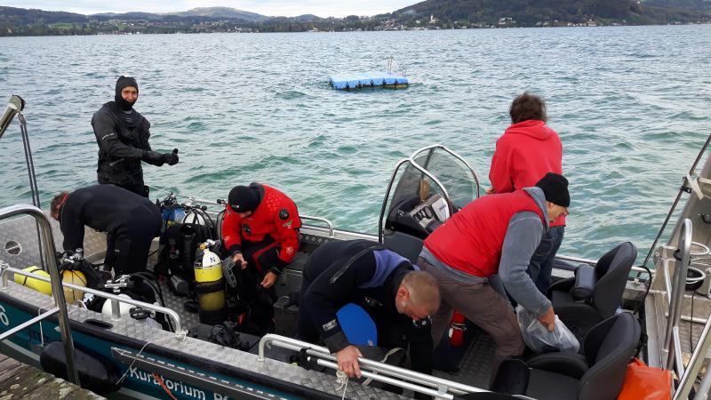 Michael bringt heute vier Taucher und Herrn Schrenk mit dem Forschungsboot zur Grabungsstelle. (