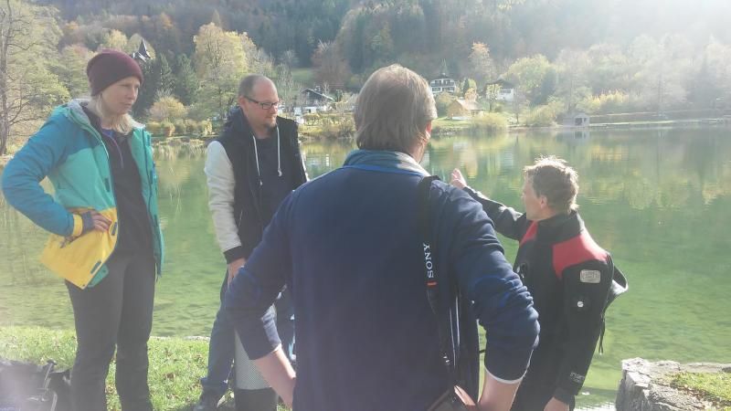 Henrik Pohl berichtet Cyril Dworsky vor Ort von den Ergebnissen des Monitorings. (Bild: Kuratorium Pfahlbauten)