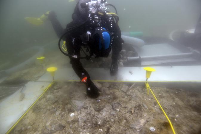 So sieht es zurzeit unter Wasser aus. (Bild: Henrik Pohl - OÖLM - Kuratorium Pfahlbauten)