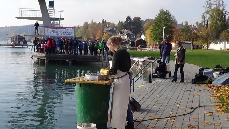 Für die zweite Führung um 13.00 Uhr verkürzte Helena eigens ihre Pause. So konnten die Leute heute bei allen Führungen Unterwasser-Archäologen bei der Arbeit sehen. (Bild: C. Löw - Kuratorium Pfahlbauten)
