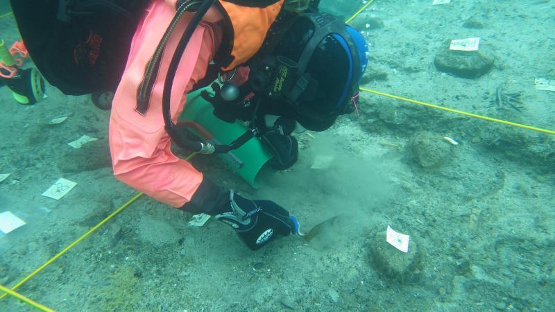 Unsere Forschungstaucherin Esther Unterweger bei der Grabungsarbeit unter Wasser.