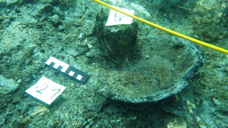Der komplett erhaltene Boden eines Keramikgefäßes aus der Kulturschicht 1.