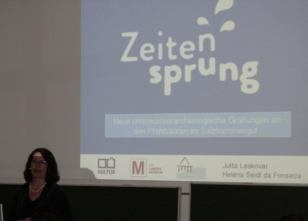 Projektleiterin Jutta Leskovar spricht über das Projekt Zeitensprung. (Bild: C. Löw - Kuratorium Pfahlbauten)