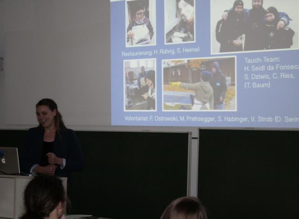 Helena Siedl da Fonseca spricht über die Unterwasser-Ausgrabung im Oktober 2015 in Seewalchen. (Bild: C. Löw - Kuratorium Pfahlbauten)