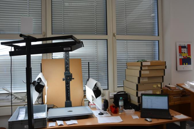 """Das """"Fotolabor"""" im Depot des Oberösterreichischen Landesmuseums (Bild: Jetzinger - OÖLM)"""