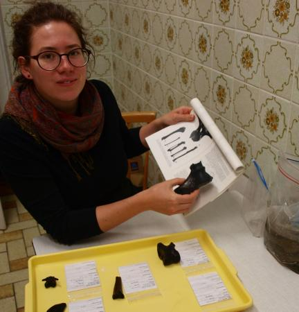 Bestimmen der Knochenfunde mithilfe der Publikation über die Fauna der Pfahlbauten des Mondsees von Petra Wolff. (Foto: Doris Jetzinger - Team Zeitensprung)
