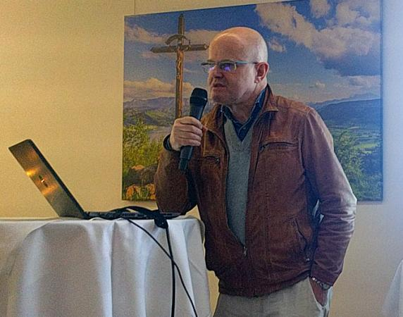 Timothy Taylor von der Universität Wien berichtete über seine Forschungen im Hinterland des Attersees. (Bild: beyondarts)