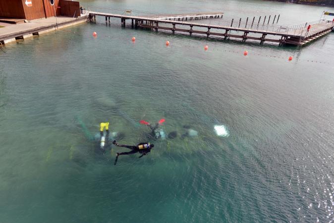Unsere Taucherinnen und Taucher im Einsatz (our divers at work). (Bild: Kuratorium Pfahlbauten)