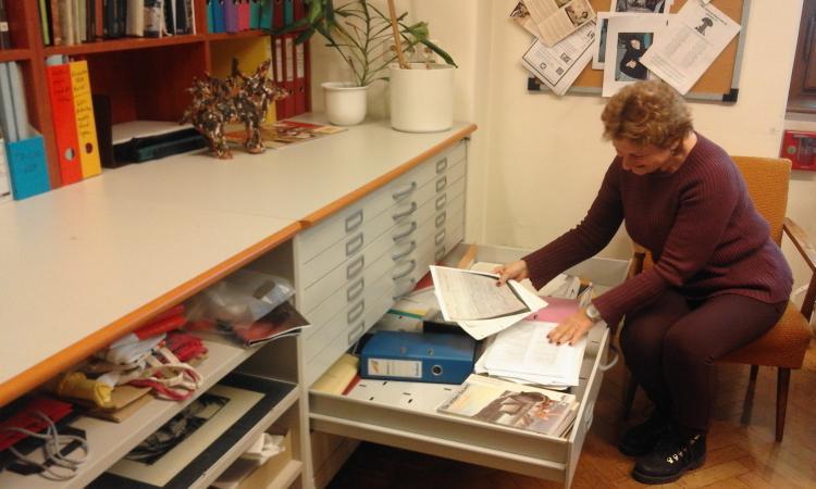 """Dr. Veronika Holzer und ihre Laden voll """"Altforschung"""". (Bild: Kuratorium Pfahlbauten)"""