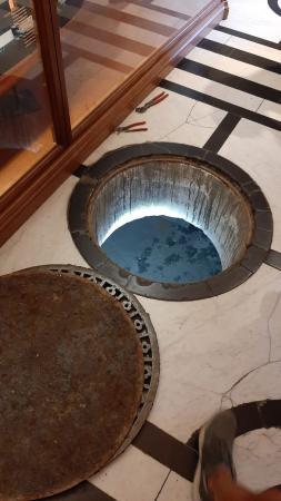 Offener Bodendeckel - Eingang in den Untergrund.
