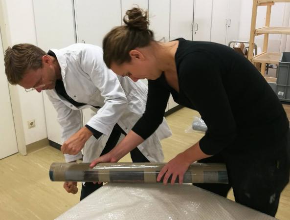 Henrik Pohl und Helena Seidl da Fonseca beim Öffnen von Bohrkernen, mit deren Hilfe man Aufschluss über den Aufbau der Schichten gewinnen kann. (Bild: Heiss - Kuratorium Pfahlbauten)
