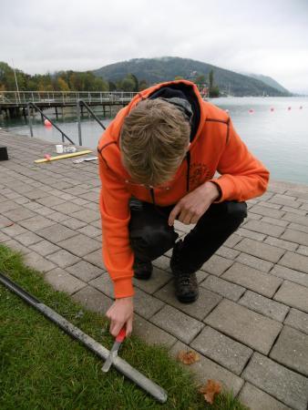 Henrik Pohl schaut sich die Sedimentprobe aus der Sprungturmgrube in Seewalchen genau an. (Bild: Florian Ostrowski - Kuratorium Pfahlbauten)
