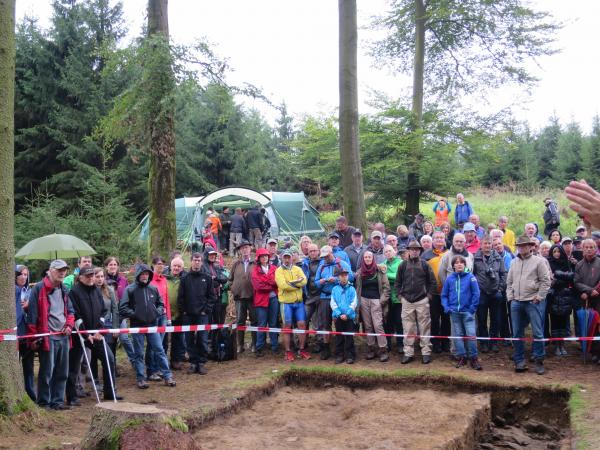 Der Tag der offenen Grabung auf dem Buchberg war gut besucht. (Bild: Institut für Urgeschichte und Historische Archäologie)