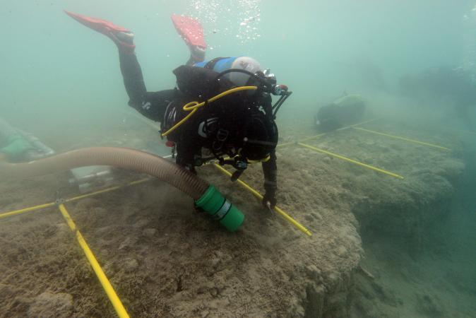 Unsere Forschungstaucherin Claire Ries bei der Arbeit unter Wasser. (Bild: H. Pohl - Kuratorium Pfahlbauten)