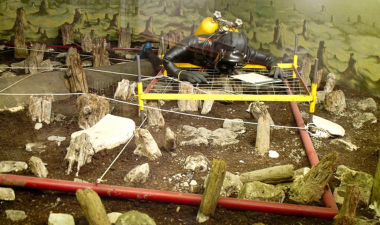 Im Pfahlbaumuseum wird anschaulich erklärt, wie Unterwasser-Archäologie in den 1980er Jahren funktionierte. (Bild: Heimatbund Mondseeland)