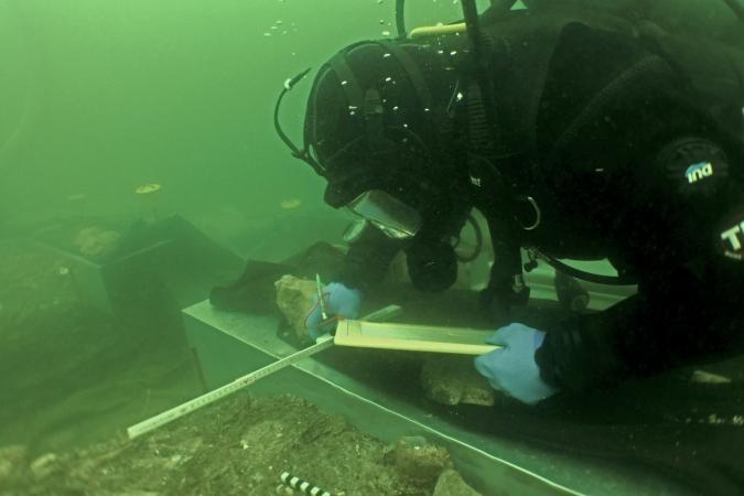Unter Wasser werden ebenso wie bei Landgrabungen Beschreibungen und Skizzen angefertigt. (Bild: OÖLM - Kuratorium Pfahlbauten)
