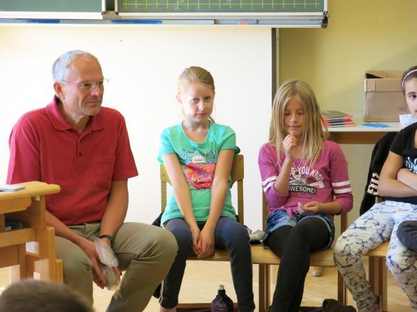 Der Obmann des Keutschacher Pfahlbauvereins stand den Kindern Rede und Antwort. (Bild: Kuratorium Pfahlbauten)
