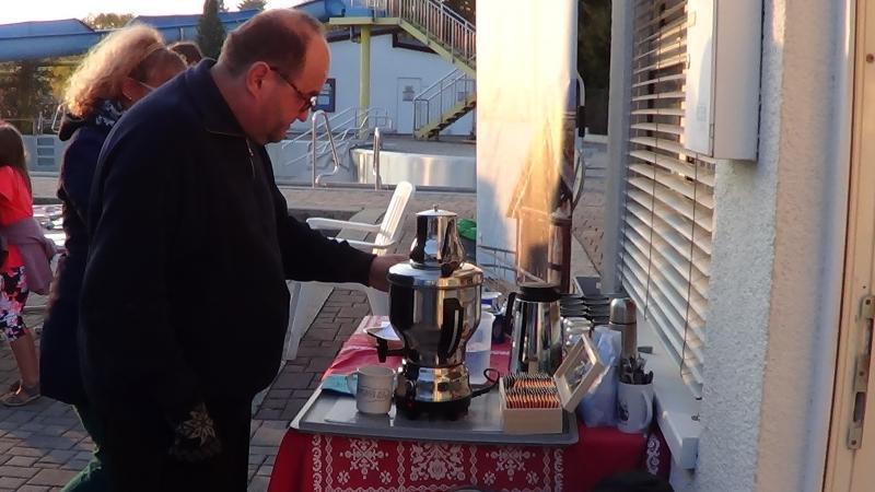 Engelbert vom Verein Pfahlbau am Attersee brühte heute unermüdlich Tee für die Gäste auf. (Bild: C. Löw - Kuratorium Pfahlbauten)