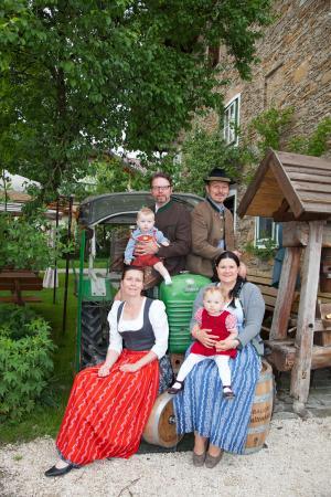 Rund um dem 300 Jahre alten familieneigenen Bauernhof haben sie gemeinsam das Genusszentrum Hoangarten ins Leben gerufen. (Bild: Karl-Christoph Rössler - Brauerei Kaltenböck)