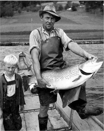 Fang einer prächtigen Seeforelle 1963. (Bild: Freunde der Archäologie)