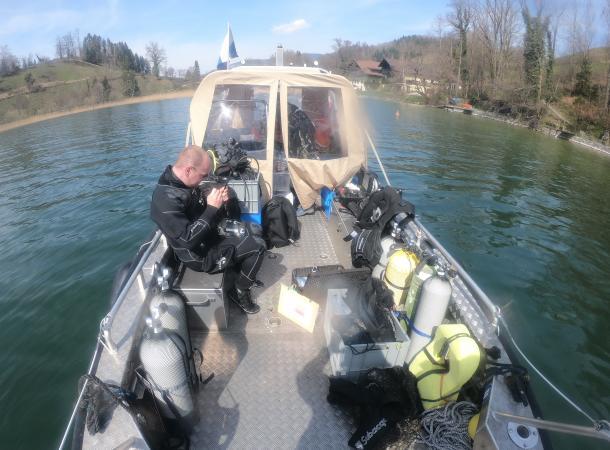 Das Forschungsboot und unser Equipment. (Bild: OÖLM - Kuratorium Pfahlbauten)