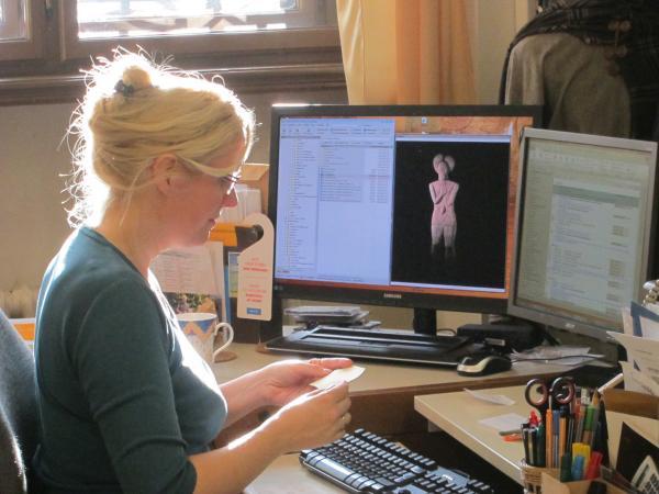 Karina Grömer an der Textilstation. (Bild: Alice Schumacher, NHM Wien)