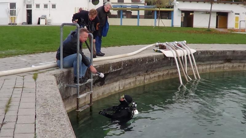 Unsere Forschungstaucherin in Seewalchen am Attersee, Helena Seidl da Fonseca, gibt ServusTV ein Interview im Wasser. (Bild: C. Löw - Kuratorium Pfahlbauten)