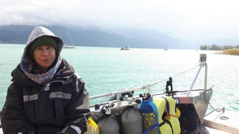 Esther Unterweger auf dem Forschungsboot des Kuratoriums Pfahlbauten. (Bild: Kuratorium Pfahlbauten)