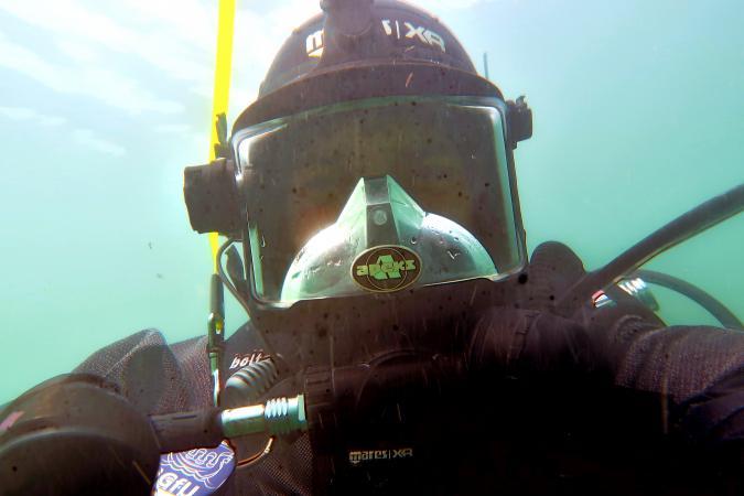 Unterwasser-Selfie von Max Fiederling, der sonst bei der BGFU taucht und sich in Bayern oft um das Monitoring der UNESCO-Pfahlbauten an der Roseninsel kümmert. (Bild: Team Zeitensprung). (