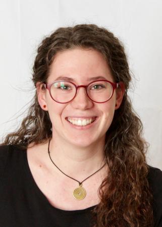 Anna Jaklin studiert Urgeschichte und Historische Archäologie an der Universität Wien im Masterstudium. Daneben ist sie im Arbeitskreis Experimentelle Archäologie aktiv und beschäftigt sich mit urgeschichtlichen Handwerkstechniken. Bei der Grabung möchte sie praktische Erfahrungen im Umgang mit organischem Fundmaterial sammeln. (Bild: A. Jaklin)