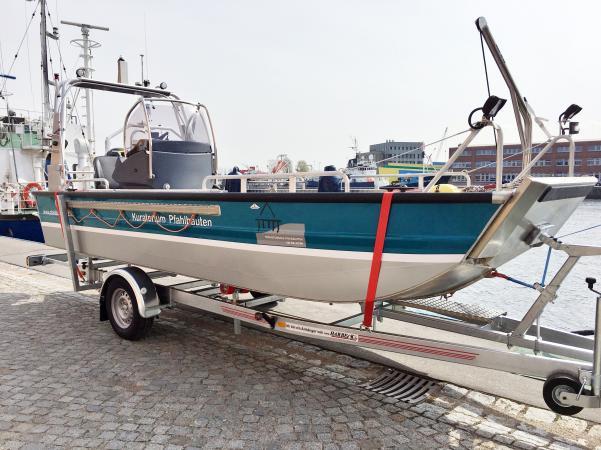 Das Forschungsboot erleichtert den Zugang zu den in Seen befindlichen Pfahlbausiedlungen.  (Bild: H. Pohl - Kuratorium Pfahlbauten)