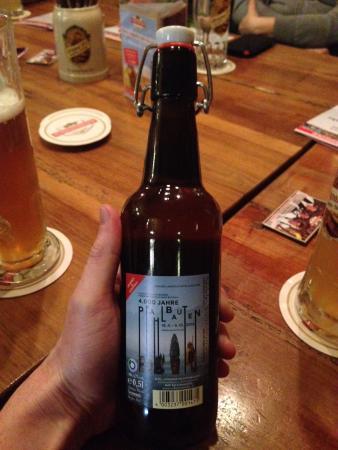 Eh gut, das Bier der LA 2016, aber das Pfahlbaubier vom Attersee ist schon mal besser. (Bild: C. Dworsky - Kuratorium Pfahlbauten)