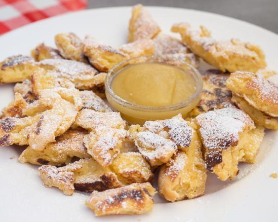Der Kaiserschmarrn zählt zu den bekanntesten Süßspeisen der österreichischen Küche. (Bild: Takeaway, CC 4.0)