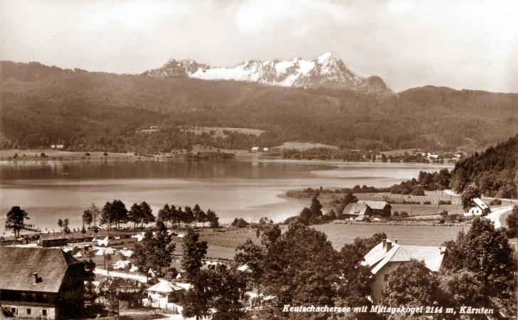 Der Keutschacher See mit Mittagskogel auf einer alten Ansichtskarte mit Campinggästen, wahrscheinlich 1950er Jahre (Bild: aus dem Bestand der Gemeinde Keutschach)