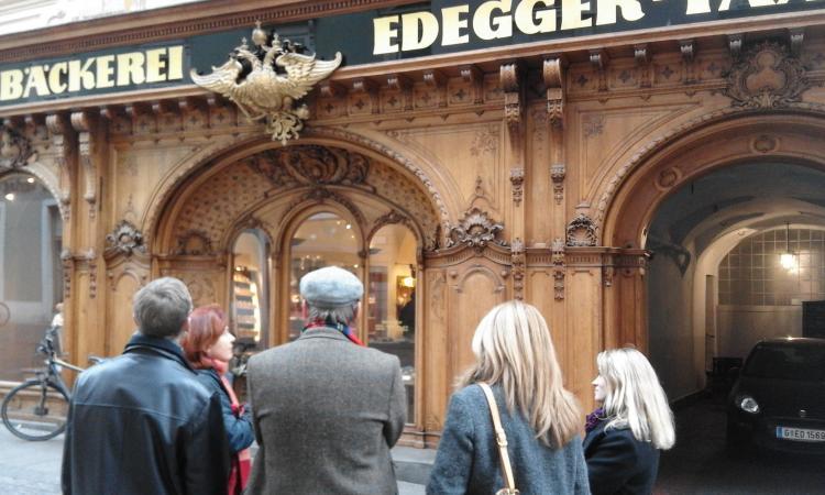 Die Hofbäckerei Edegger-Tax ist durch die hölzerne Fassade ihres Geschäftes in der Hofgasse weit über Graz hinaus bekannt. (Bild: Helena Seidl da Fonseca - Kuratorium Pfahlbauten)