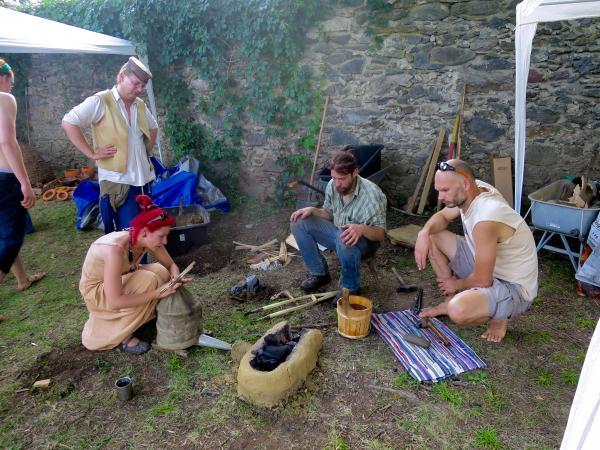 Bei den Kärntner-Pfahlbau-Tagen im Vorfeld des UNESCO-Welterbefestes wurden internationale Experimente durchgeführt. (Bild: M. Tavernaro - Kurtaorium Pfahlbauten)